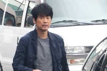 6月中旬の早朝、唐沢は横浜市内で主演ドラマ『ボイス』の撮影を。