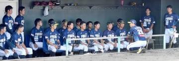 試合後にミーティングする福井の選手たち=福井県の三国運動公園野球場