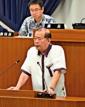 宜野湾市議会6月定例会で答弁する松川正則市長(手前)=19日、同市議会