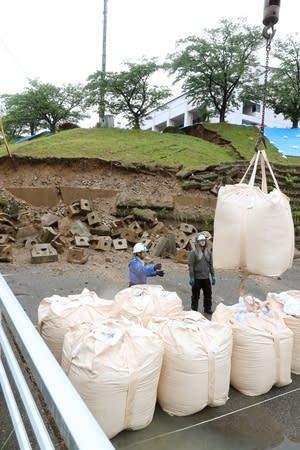 山北総合体育館近くではのり面が崩れ、周囲に土のうが設置された=19日、村上市府屋