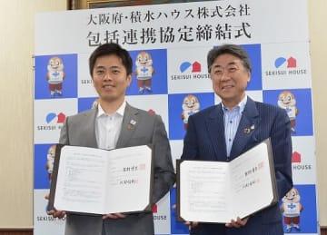 包括連携協定を締結した大阪府の吉村知事(左)と、積水ハウスの阿部会長=19日、府庁