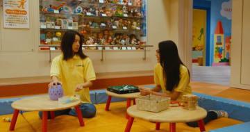 町おもちゃ博物館で撮影に臨む長谷川さん(左、木場監督提供)