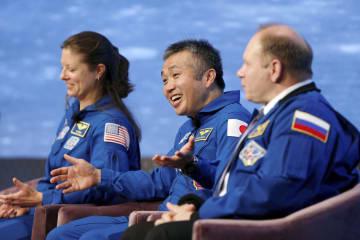 19日、米ボストンで開かれた月面着陸50年のシンポジウムで話す若田光一さん(中央)(ロイター=共同)
