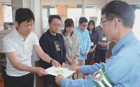 委嘱状の交付を受けるFMびゅーの沼田代表取締役社長(左)ら