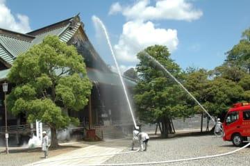 成田市消防団第1分団第9部により、釈迦堂への一斉放水が行われた=18日、成田山新勝寺