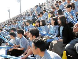 おそろいのTシャツなどを着てラグビー部を応援する近畿大の学生ら=2018年11月、大阪市鶴見区、鶴見緑地球技場(近大提供)