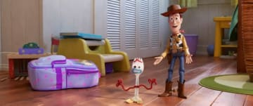 新キャラクターのフォーキーと、ウッディ - (C) 2019 Disney/Pixar. All Rights Reserved.