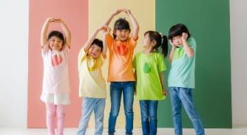 反射材付きTシャツを着用して、はしゃぐ子どもたち