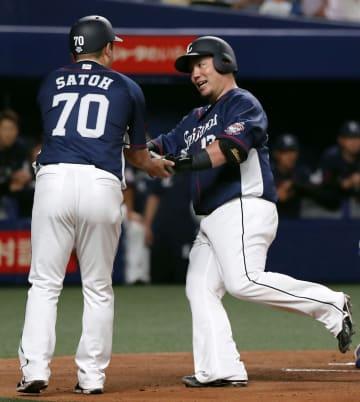 2回、先制本塁打を放ち、コーチに迎えられる西武・山川(右)=ナゴヤドーム