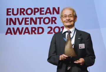 20日、欧州発明家賞(非欧州部門)を受賞、トロフィーを受け取った吉野彰さん=ウィーン(共同)