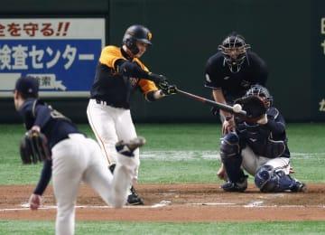 6回巨人2死一塁、丸が左翼ポール際に同点2ランを放つ。投手K―鈴木、捕手飯田=東京ドーム
