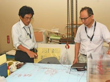 休館中の箱根ジオミュージアムで今後展示予定のジオラマの打ち合わせをする笠間さん(左