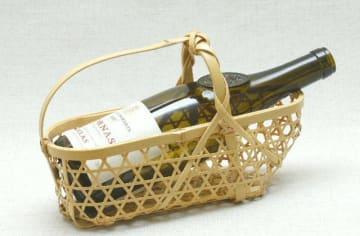 竹製のバスケット。ワインボトルを入れた姿を示して実用性をアピールする