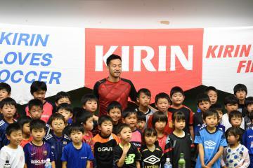 参加者と記念撮影するサッカー日本代表の吉田麻也選手=つくば市天王台