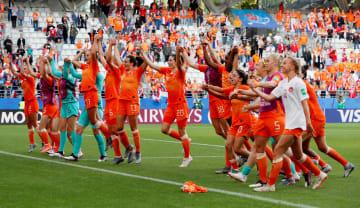 カナダに勝利し、喜ぶオランダの選手たち=20日、ランス(ロイター=共同)