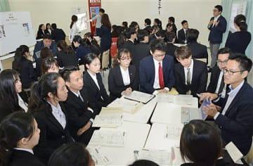 大勢の留学生が参加した就職支援セミナー=20日午後、青森中央学院大学
