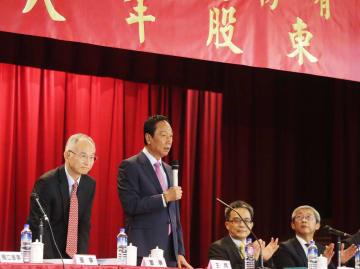 台湾の鴻海精密工業の株主総会であいさつする郭台銘氏(左から2人目)=21日、新北市(中央通信社=共同)