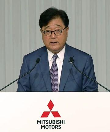 三菱自動車の株主総会で説明する益子修会長兼CEO=21日午前(同社の映像より)