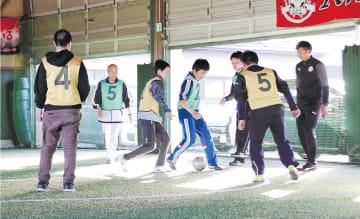倉庫を活用した専用のピッチでサッカーに取り組む子どもたち=名取市