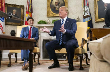 20日、ホワイトハウスでカナダのトルドー首相(左)と面会したトランプ米大統領=ワシントン(UPI=共同)
