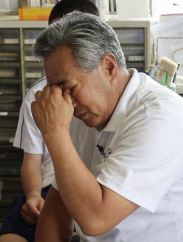 八村選手への思いを語り涙ぐむ、富山市立奥田中学時代の恩師、同中バスケ部コーチの坂本穣治さん=21日午前、富山市