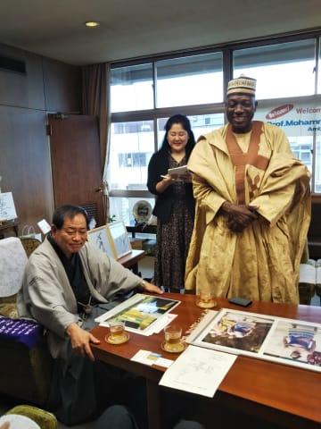 小山市役所を訪れた在日ナイジェリア大使モハンメド・ガナ・イサ氏(右)=20日午後2時15分