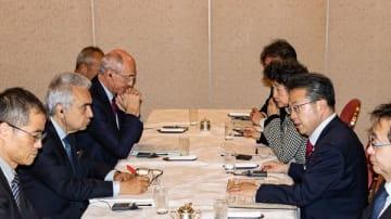 水素レポート発表に先立ち、世耕弘成・経産相(右)とIEAのビロル事務局長(左中)が会談した