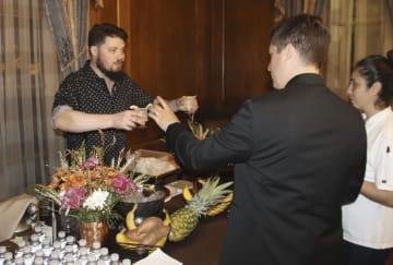 米ワシントンの日本大使館の施設で、焼酎を使ったカクテルを楽しむ参加者=20日(共同)