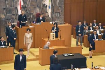 札幌市議会の本会議で、松浦忠市議の除名処分採決の投票をする市議ら=21日午後