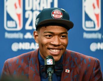 NBAのドラフト会議でウィザーズから日本人初となる1巡目指名を受け、笑顔で記者会見する米ゴンザガ大の八村塁=20日、ニューヨーク(共同)