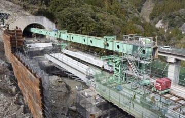 高知自動車道上り線に架かる立川橋の架設作業=3月、高知県大豊町