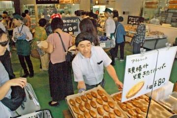 オープン初日から大勢の買い物客が訪れた「ありあけマルシェ」=藤沢市菖蒲沢