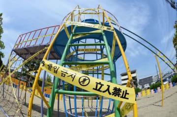 「立入禁止」のテープが張り巡らされた遊具=岡山市北区西島田町、島田西公園