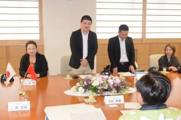 三村申吾知事(右手前)に青森県内を回った印象などを語る潘渭氏(左から2人目)=21日、青森県庁