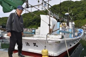 津波から船を守るため、「沖出し」をした本間良治さん=21日午後、新潟県村上市