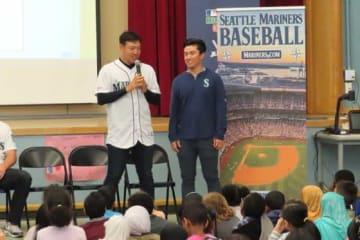 学校訪問で話をする菊池雄星投手(左)とノバック通訳【写真:木崎英夫】