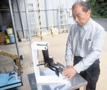 STOPペダルの構造を説明するナンキ工業の南平次社長