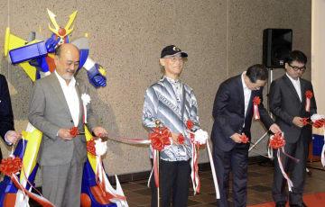 福岡市美術館で自身の特別展が開幕し、テープカットする富野由悠季さん(左から2人目)=22日午前