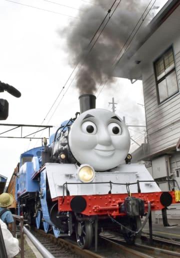運行が始まり、大井川鉄道新金谷駅を出発するSL「トーマス号」=22日午前、静岡県島田市