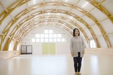 ムクノキを使ったドーム型多目的スペースを紹介する川岸恵子さん