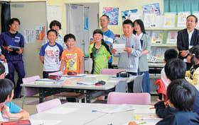 公開授業で習った英単語を使ってクイズを考え出題する児童たち