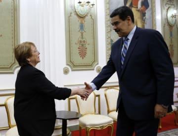 21日、ベネズエラの首都カラカスでマドゥロ大統領(右)のあいさつを受ける国連のバチェレ人権高等弁務官(AP=共同)