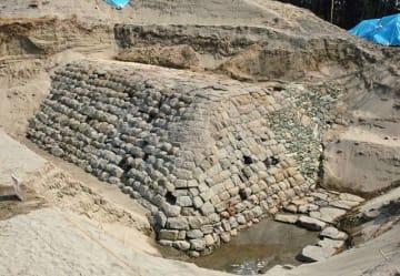 国史跡に指定される見通しとなった水軒堤防の石堤部分(和歌山市で)=和歌山県教育委員会提供