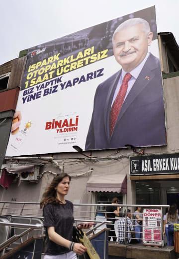 トルコ・イスタンブール市内に掲げられた与党候補ユルドゥルム元首相の選挙ポスター=21日(共同)