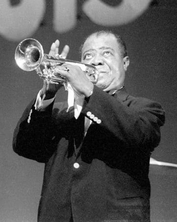 演奏するルイ・アームストロング=1963年4月、東京都新宿区の東京厚生年金会館ホール
