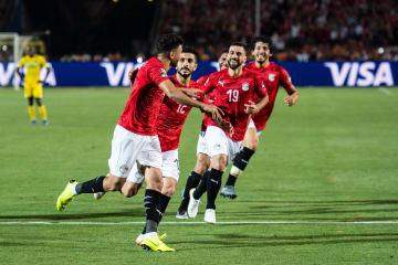 アフリカ選手権1次リーグA組、ジンバブエ戦でゴールを喜ぶエジプトの選手たち=21日、カイロ(ゲッティ=共同)