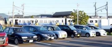 えちぜん鉄道越前島橋駅のパークアンドライド駐車場。マイカーと電車を組み合わせて通勤する人が増えている=福井県福井市中ノ郷町