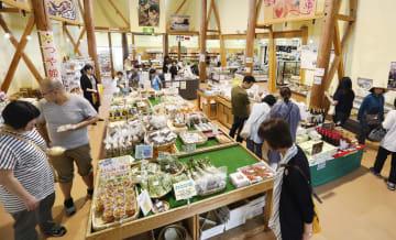 地震発生後初めての週末を迎えた道の駅「あつみ」=22日午後、山形県鶴岡市