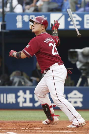 7回楽天2死一塁、山下が左越えに逆転2ランを放つ=横浜