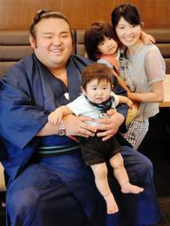 焼き肉店で英気を養い、ファンとの記念撮影に笑顔で応じる大関貴景勝(左)=西宮市樋之池町
